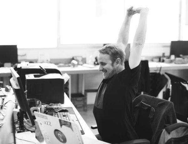 3 exercices de yoga à réaliser au bureau pour se sentir en pleine forme !