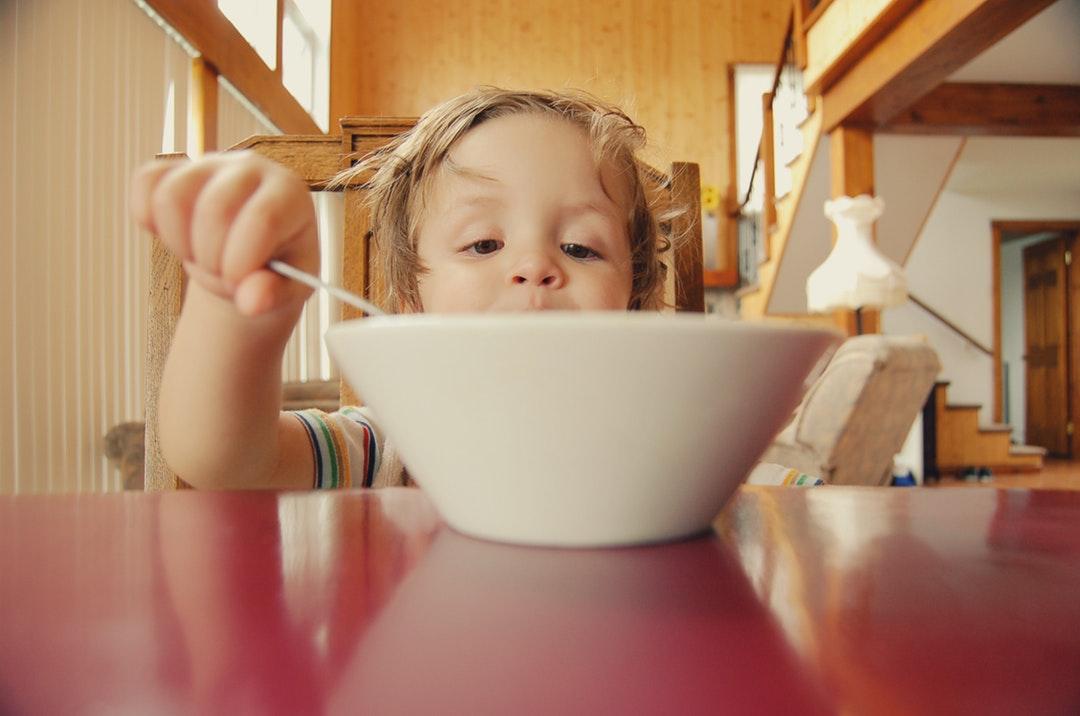 Le pouvoir des couleurs pour faire manger des fruits et légumes aux enfants