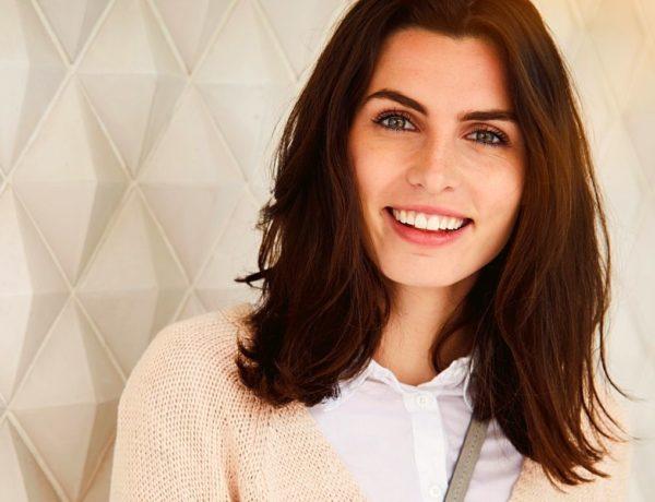 Des solutions naturelles pour ralentir l'apparition des cheveux blancs