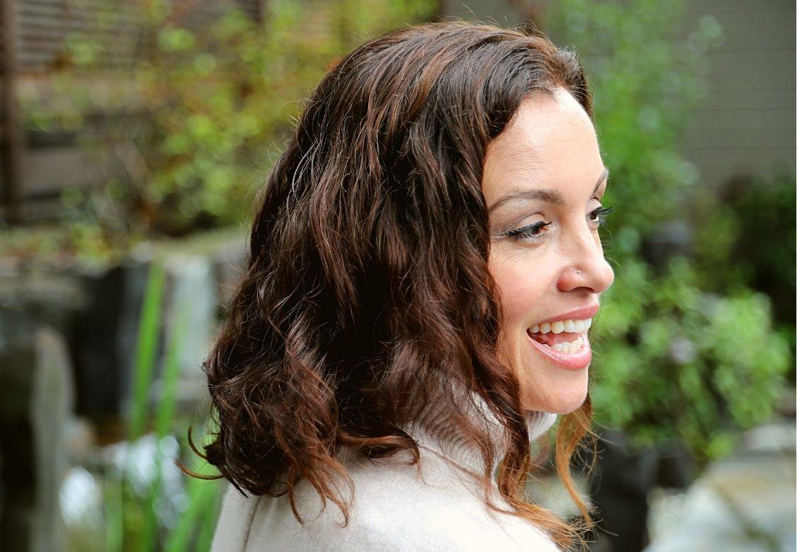 Solutions naturelles pour ralentir l'arrivée des cheveux blancs