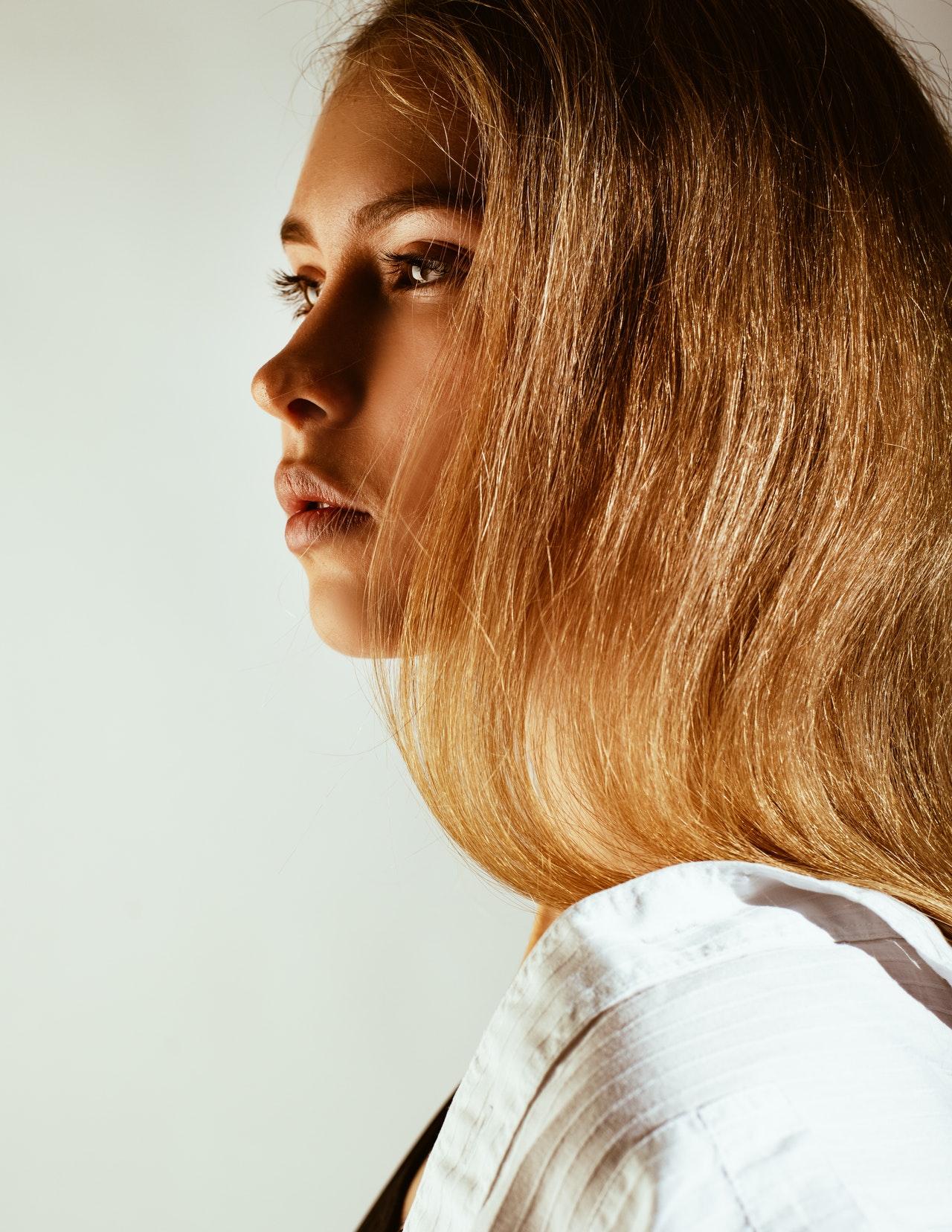 6 huiles essentielles pour des cheveux plein de vitalité