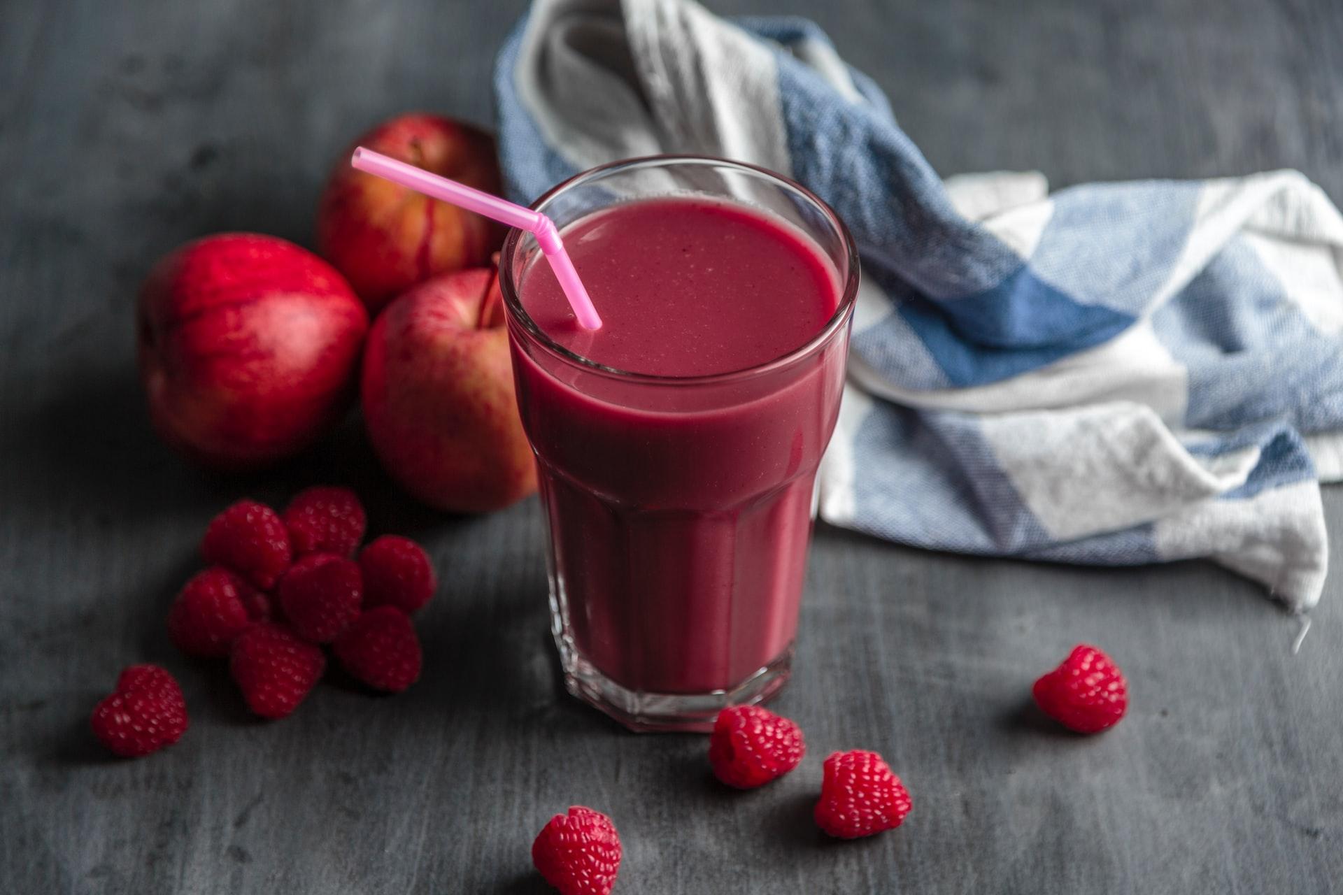 Une recette de smoothie avec des fruits rouges champions en antioxydants