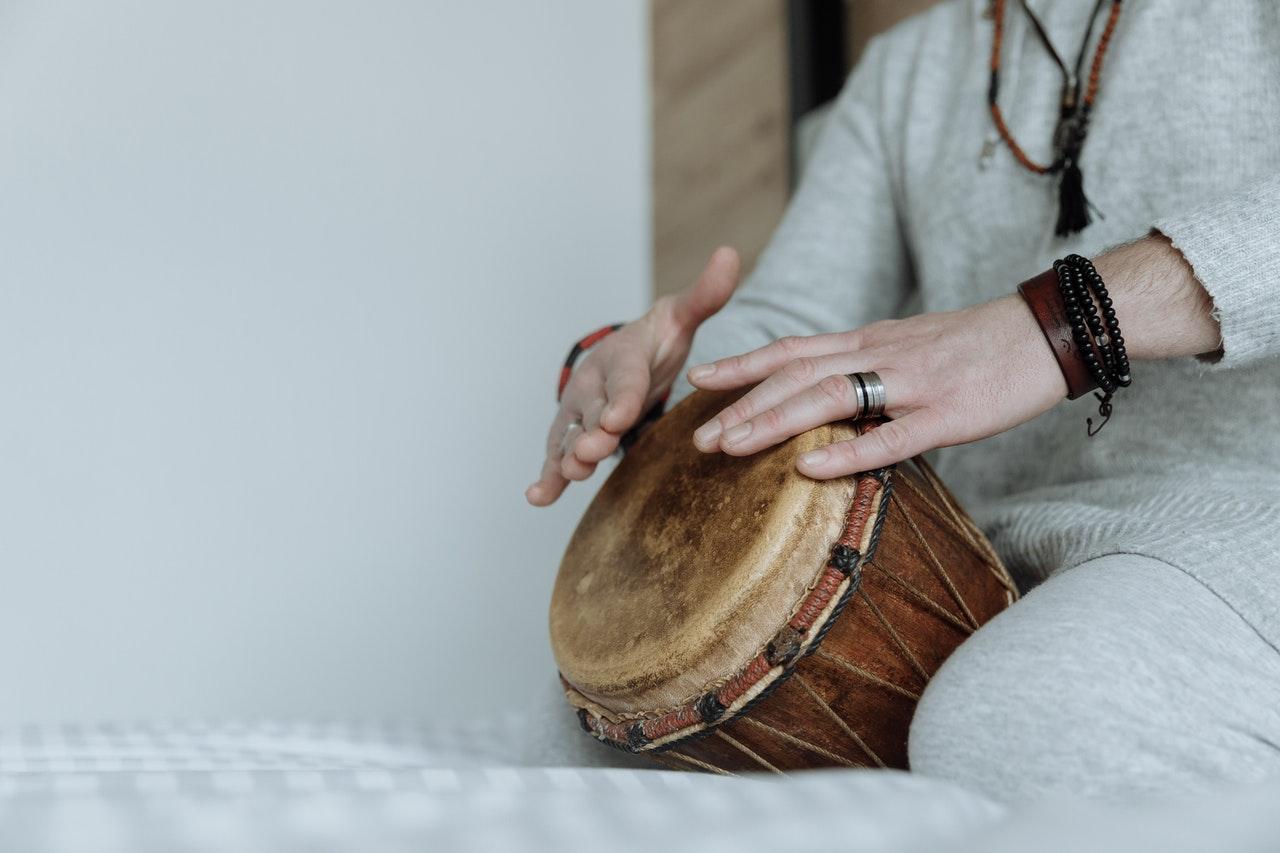 Suivre le son : Les bienfaits de la méditation au tambour